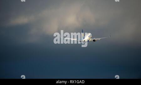 Prestwick, Reino Unido. El 7 de marzo de 2019. Vuelo de Ryanair Boeing 737-8como (Reg: EI-FIL) saliendo del Aeropuerto Internacional de Prestwick. Este avión es una próxima generación