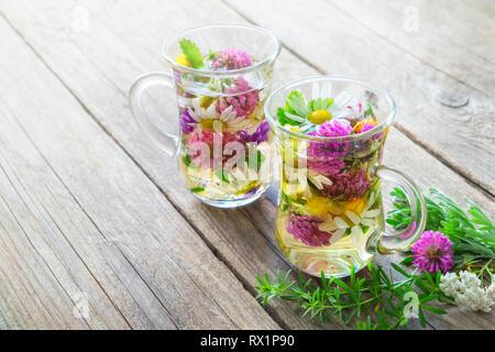 Vidrio dos tazas de té de hierbas saludables con hierbas medicinales con espacio de copia.