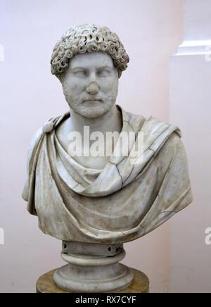 Adriano, emperador romano (117-138 DC). Retrato, busto de mármol con manto (132-138 d.C.). Museo Arqueológico de Nápoles. Italia. Foto de stock