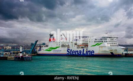 Trelleborg, Suecia, 25.12.2018: el ferry atracó en el puerto sueco