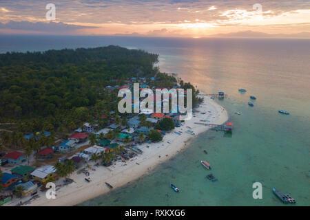 Amanecer en una isla tropical con villa cerca de la playa. Isla Mantanani Sabah Borneo, Malasia.