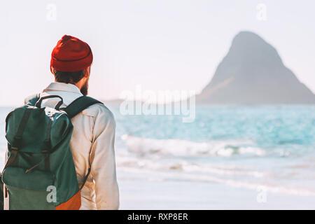 Vacaciones de verano joven con mochila caminar al aire libre en la playa disfrutando del paisaje en el estilo de vida itinerante aventura viaje activo explorando Noruega
