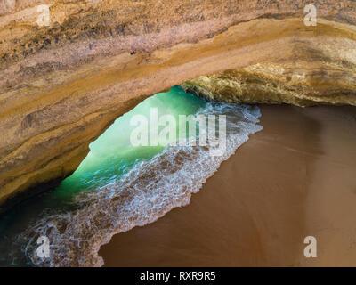La famosa cueva natural en Benagil playa en Algarve Portugal. El paisaje en uno de los principales destinos de vacaciones en Europa. Atracción turística de verano. Dro