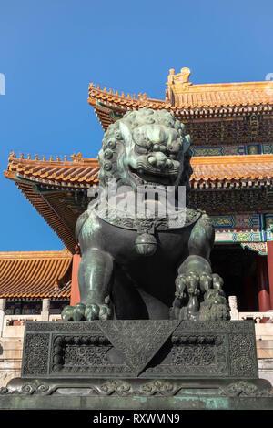 / CHINA BEIJING, 16 de enero de 2019: Antigua león de bronce y rojo chino en la famosa paviliones n palacio prohibido, la Ciudad Prohibida, Beijing, China. . Foto de stock