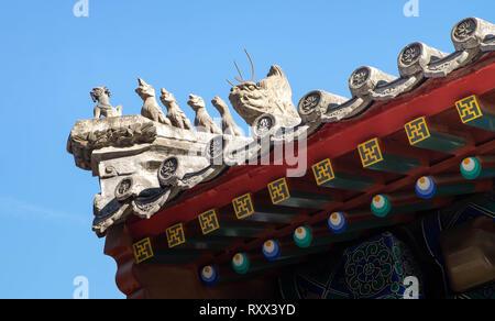BEIJING, CHINA El 17 de enero de 2019: La estatua en la parte superior del techo. Es un símbolo de templo en China. Si tiene muchos tipo de animal. Foto de stock