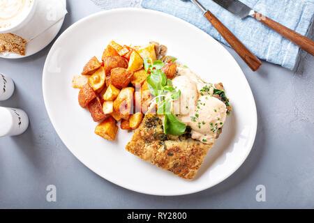 Huevos Benedict con focaccia y patatas