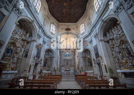 Dentro del interior de la Iglesia Católica de Santa Clara (Chiesa di Santa Chiara) en la plazoleta de la plaza Vittorio Emanuele II.Lecce, Puglia, Italia