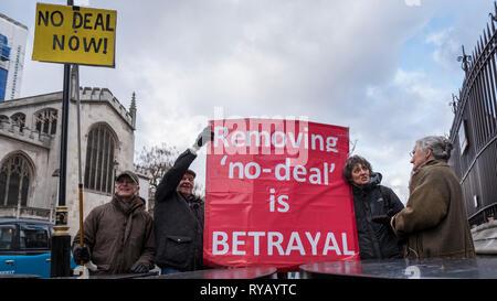 Londres, Reino Unido. 13 de marzo de 2019. Los partidarios Pro-Brexit escena una protesta frente al Parlamento. Los diputados a votar sobre si se va a retirar sin tratar como una opción Brexit. Crédito: Stephen Chung / Alamy Live News Foto de stock