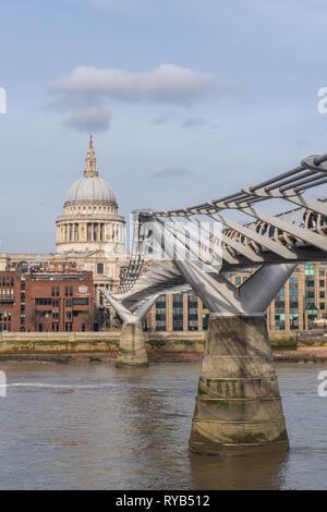 La Catedral de St Paul y el Puente del Milenio, Londres, Inglaterra