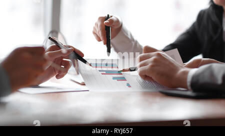 Cerca. El equipo empresarial está discutiendo los beneficios financieros de la compañía
