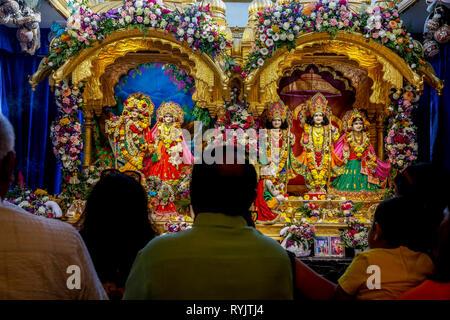 Darshan en el templo de Bhaktivedanta manor durante Janmashtami festival hindú, Watford, Reino Unido.