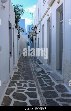 Estrecho callejón en Parikia, Islas Cícladas, Paros, Grecia