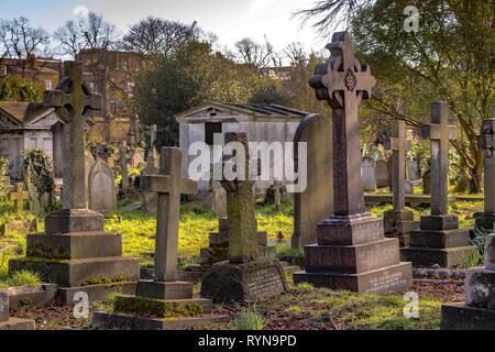 Tumbas y lápidas en el cementerio de Brompton en el distrito real de Kensington y Chelsea, al suroeste de Londres, Londres, Reino Unido
