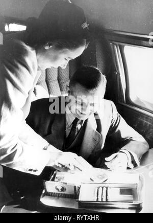 Transporte / transporte, aviación, personal, personal de vuelo, los tripulantes de cabina, una azafata ofrece al pasajero un selección de cigarros, a bordo de un Junkers Ju 90 de la alemana Lufthansa, después de 1930, Additional-Rights-Clearance-Info-Not-Available
