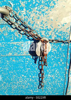 El candado y la cadena papelera de reciclaje azul