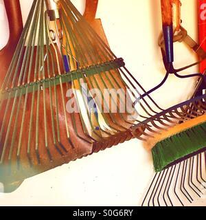 Herramientas de jardín colgante en un garaje suburbano