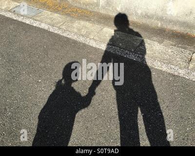 La sombra de padre e hijo Foto de stock
