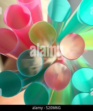 Imagen abstracta de las tapas de plástico multicolor pajas con luz natural luz que brilla a través de Foto de stock