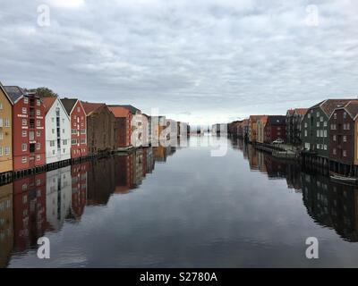 La vista a lo largo del río Nidelva en el centro de Trondheim.