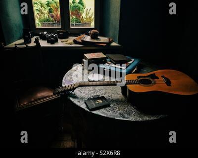 Bodegón con libros y la guitarra Foto de stock