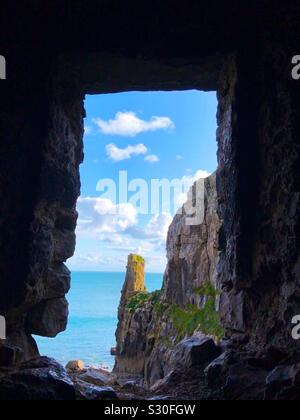 Mirando al mar Céltico desde el interior de la capilla de San Govan, St. Govan Bosherston del jefe, en el Parque Nacional de la costa de Pembrokeshire, Dyfed, Gales.