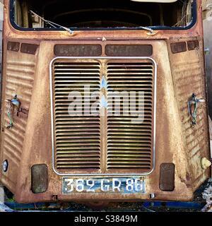 Calandra de la oxidada furgoneta comercial Citroen Tipo H abandonada en el granero francés.