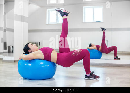 Athletic chica metida en el poder de fitness en el gimnasio. El concepto de deporte, un estilo de vida saludable, perder peso