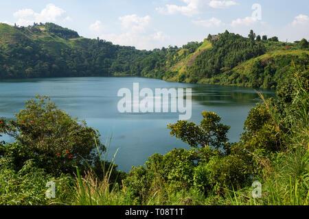Vista de Nyinabulitwa Crater Lake ubicado cerca al Parque Nacional del Bosque de Kibale, Suroeste de Uganda, África Oriental