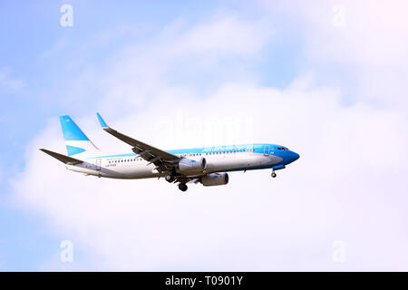 Buenos Aires, Argentina - Marzo 18, 2019: Aerolineas Argentinas avión sobrevolar Buenos Aires en Capital Federal, Buenos Aires, Argentina