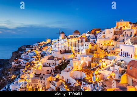 Santorini, Grecia. El pintoresco pueblo de Oia al atardecer.