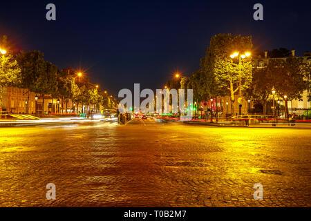 París, Francia - July 2, 2017:Paso de peatones en la noche en la avenida más famosa de París, los Campos Elíseos, conocida por el lujo y las compras. Personas