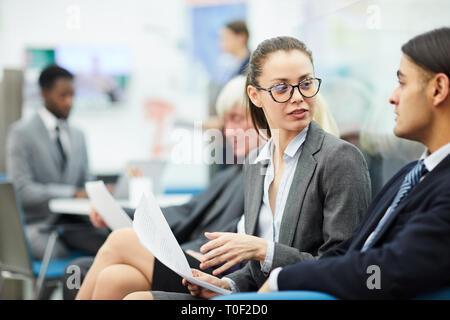 Gente de negocios hablando en Office