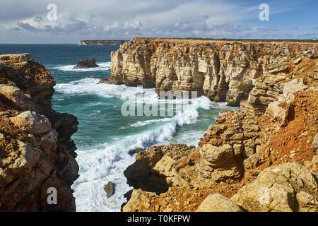 Costa rocosa en Cabo de Sao Vicente con tormentoso mar cerca de Sarges, Algarve, Faro, Portugal
