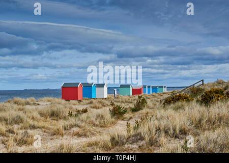 Playa de Findhorn Moray Firth Escocia casas de color pastel o cabañas de playa en Playa con algas marinas