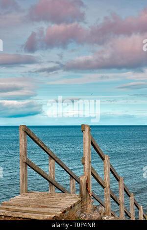 Playa de Findhorn Moray Firth Escocia escalones de madera desde las dunas de arena EN EL MAR