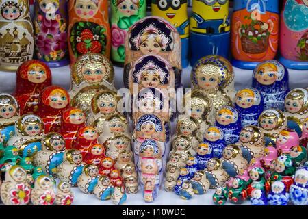 Moscú, 08 de junio de 2018. Mercado Central.Background de coloridas muñecas rusas en el mercado.tradicional rusa Matryoshka recuerdos en la feria