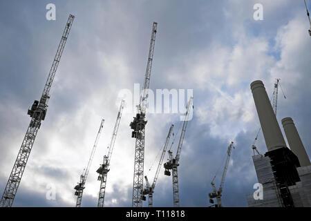Grúas de la central eléctrica de Battersea sitio en construcción en Wandsworth South London SW8 Inglaterra KATHY DEWITT