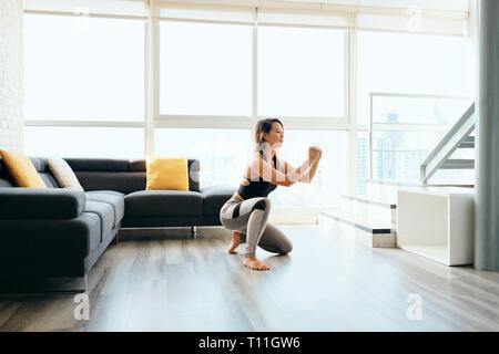 Mujer adulta formación haciendo piernas sentadilla In y Out