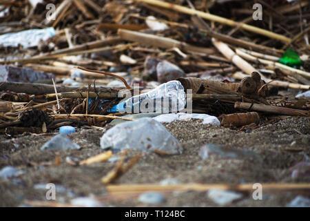 Derrames de basura en la playa.Empty utiliza la botella de plástico.