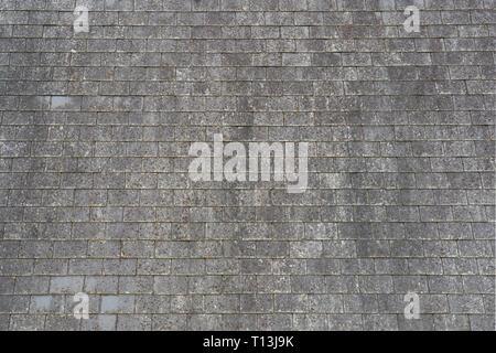Detalle de un tejado de pizarra en una casa en Bretaña, Francia