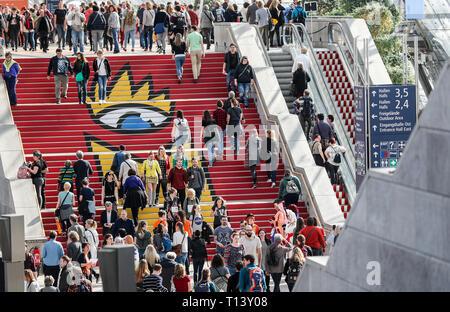 Leipzig, Alemania. 23 Mar, 2019. Los visitantes de la Feria del Libro de Leipzig a pie bajando por la escalera en el salón de cristal con el logotipo de la feria. La Feria del Libro seguirá hasta el 24.03.2019. Crédito: Jan Woitas/dpa-Zentralbild/dpa/Alamy Live News