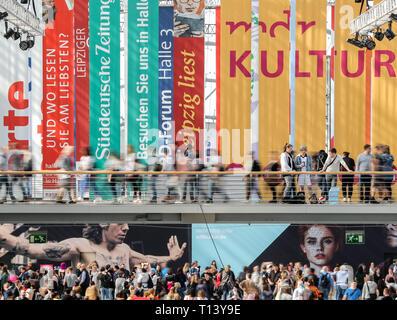Leipzig, Alemania. 23 Mar, 2019. Los visitantes de la Feria del Libro de Leipzig cruzar un puente en el Salón de Cristal. La Feria del Libro seguirá hasta el 24.03.2019. Crédito: Jan Woitas/dpa-Zentralbild/dpa/Alamy Live News