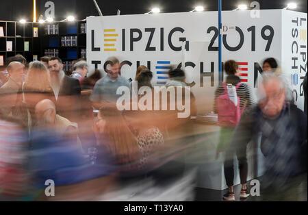 Leipzig, Alemania. 23 Mar, 2019. Los visitantes de la Feria del Libro de Leipzig pasar por el stand de la República Checa país anfitrión. La Feria del Libro seguirá hasta el 24.03.2019. Crédito: Jan Woitas/dpa-Zentralbild/dpa/Alamy Live News