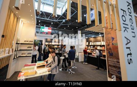 Leipzig, Alemania. 23 Mar, 2019. Los visitantes de la Feria del Libro de Leipzig visitar el stand de Corea. La Feria del Libro seguirá hasta el 24.03.2019. Crédito: Jan Woitas/dpa-Zentralbild/dpa/Alamy Live News