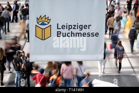Leipzig, Alemania. 23 Mar, 2019. Los visitantes de la Feria del Libro de Leipzig andando a través del vidrio Hall. La Feria del Libro seguirá hasta el 24.03.2019. Crédito: Hendrik Schmidt/dpa-Zentralbild/dpa/Alamy Live News