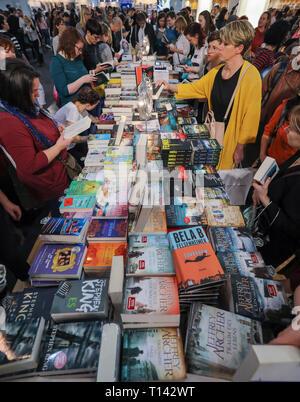 Leipzig, Alemania. 23 Mar, 2019. Los usuarios visitan el stand de Random House en la Feria del Libro de Leipzig. La Feria del Libro seguirá hasta el 24.03.2019. Crédito: Jan Woitas/dpa-Zentralbild/dpa/Alamy Live News