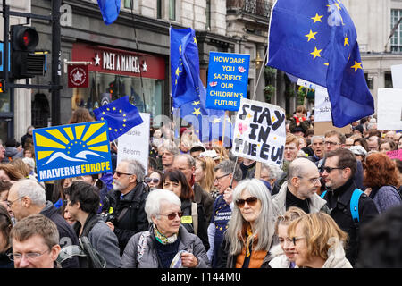 Londres, Reino Unido. 23 de marzo, 2019. Miles de manifestantes unirse al voto popular de marzo en Londres. Crédito: Marcin Rogozinski/Alamy Live News