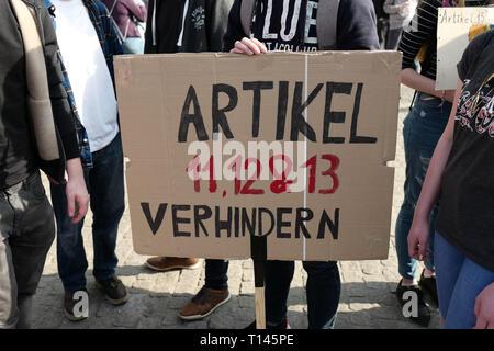 Leipzig, Alemania. 23 Mar, 2019. Con carteles y pancartas, Leipziger tomar parte en la manifestación en toda Europa 'Save Internet' contra cargar filtros en la ocasión de la UE prevista reforma del copyright. Crédito: Peter Endig/dpa/Alamy Live News