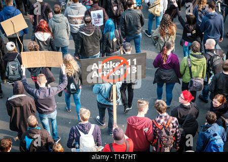 Berlin, Alemania - 23 de marzo de 2019: Manifestación contra la UE copyright / reforma el artículo 11 y el artículo 13 en Berlín, Alemania.