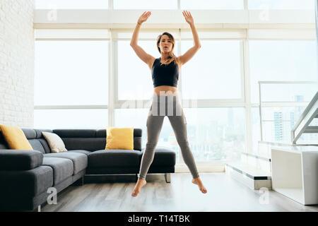 Mujer adulta formación piernas haciendo sentadilla y saltar